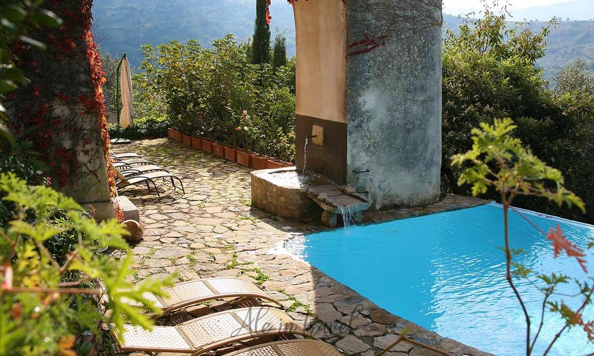 Dettaglio dell'esterno e della piscina di Domus Laeta - Agriturismo/Hotel a Giungano (Salerno)