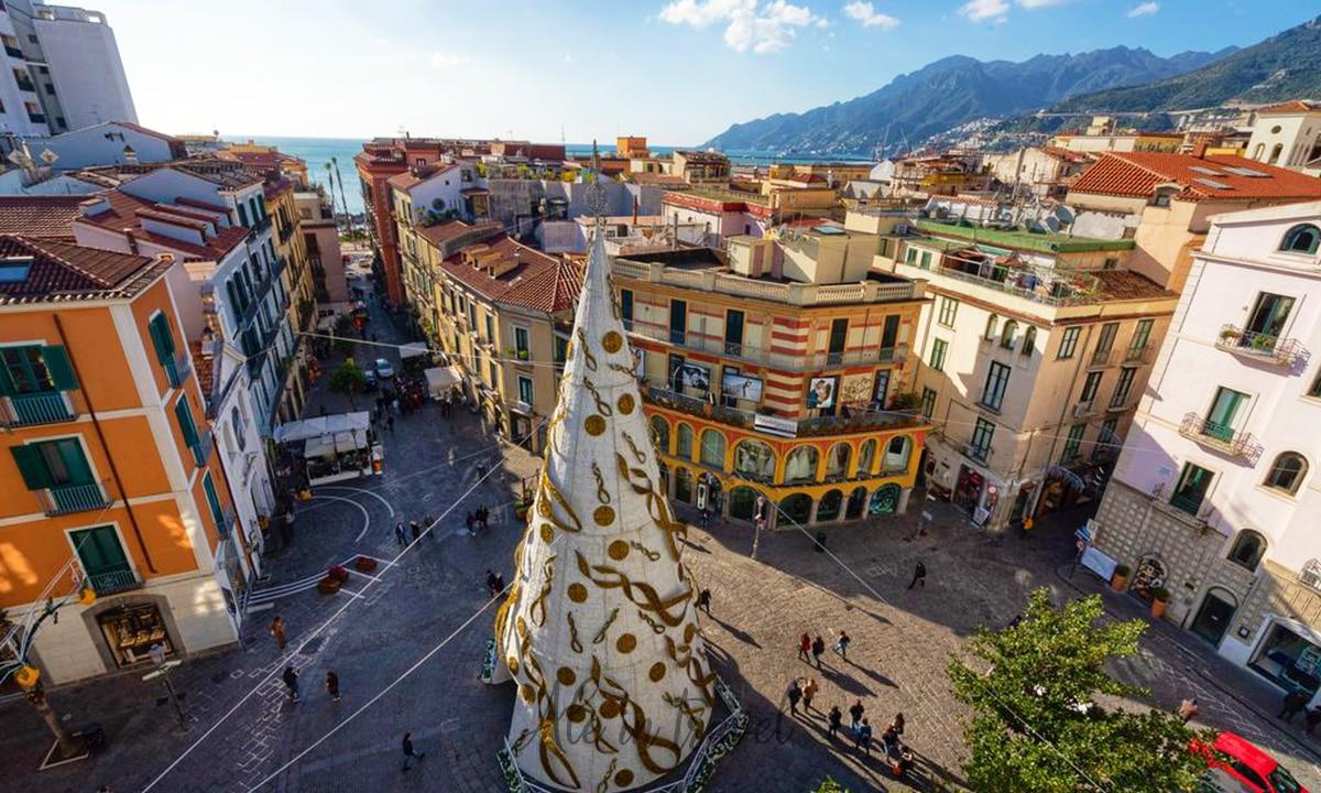 Vista dall'alto di Piazza Portanova, centro delle Luci d'Artista di Salerno