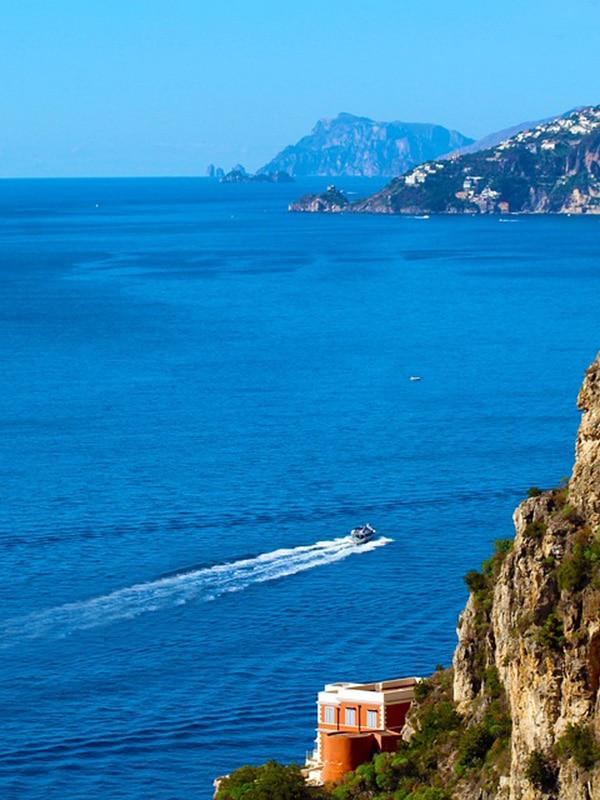 Panorama mozzafiato della Costiera Amalfitana vista dal traghetto