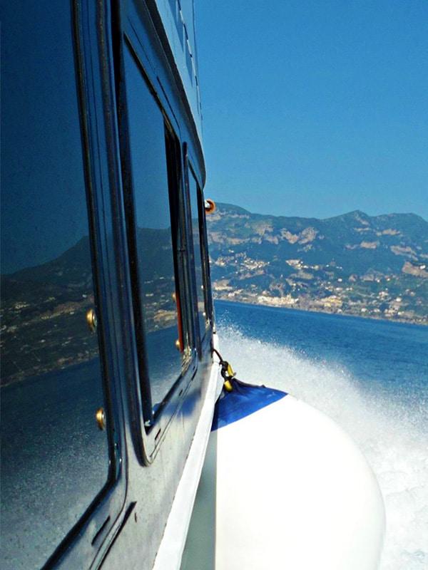 Scia e brezza marina in traghetto per la Costiera Amalfitana