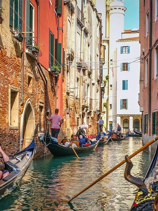 Giro in gondola a Venezia lungo i canali