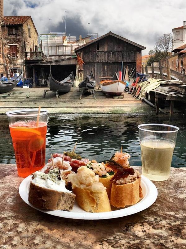 Cicchetti sul canale a Venezia: il tipico aperitivo dei veneziani