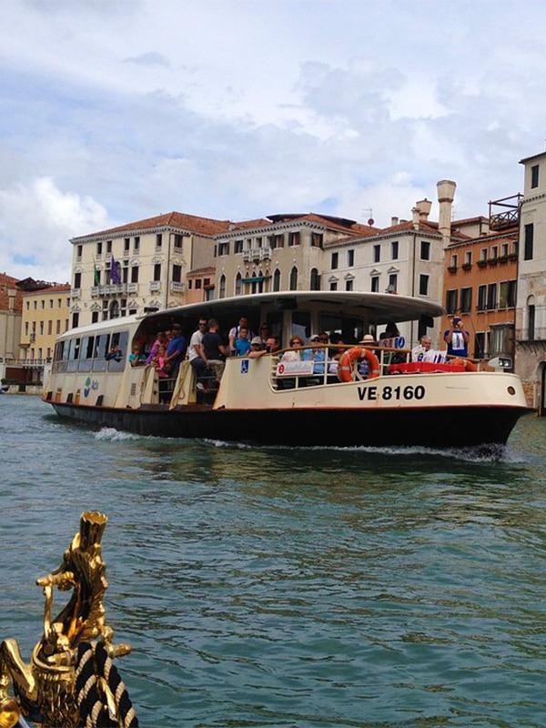 Turisti a bordo di un vaporetto per spostarsi sui canali di Venezia