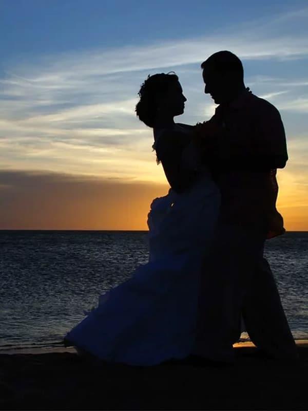 Coppia di sposi al tramonto sullo sfondo del mare della Costiera Amalfitana