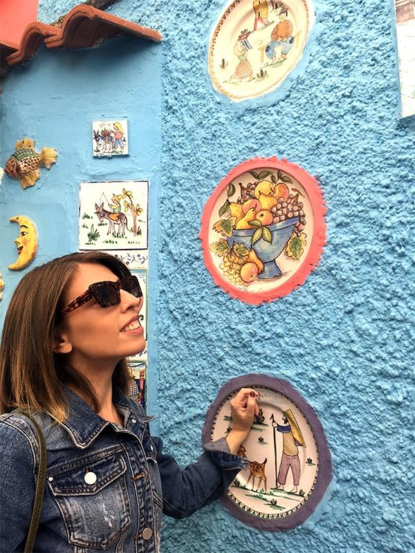 """Dettaglio delle ceramiche colorate su una facciata della """"Casetta del Pescatore"""" a Vietri sul Mare (SA)"""