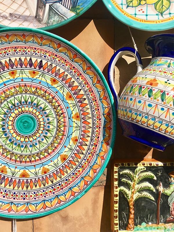 Composizione esposta di coloratissime ceramiche vietresi
