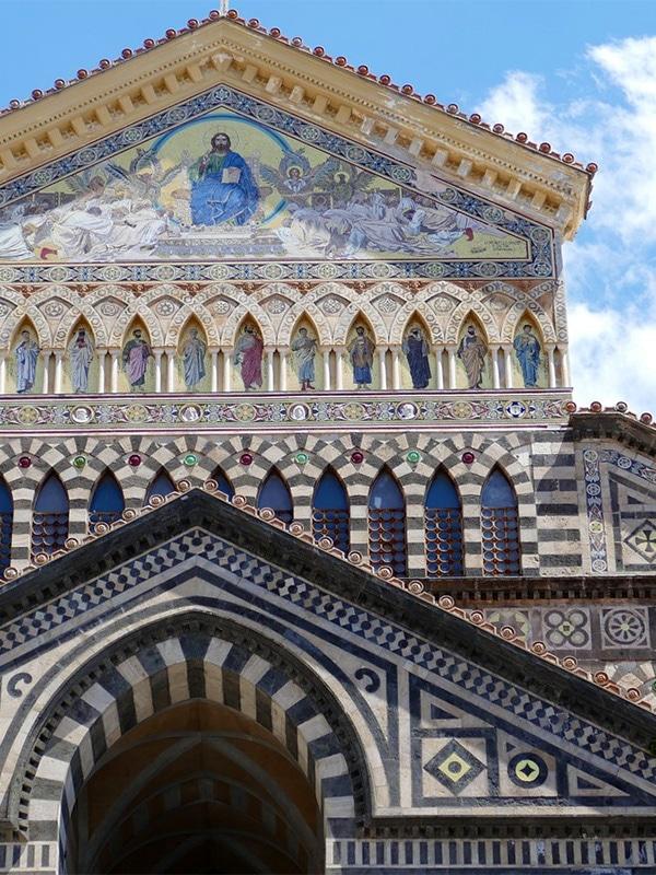 Dettagli della facciata principale, in pietra e maioliche, del Duomo di Amalfi, in provincia di Salerno