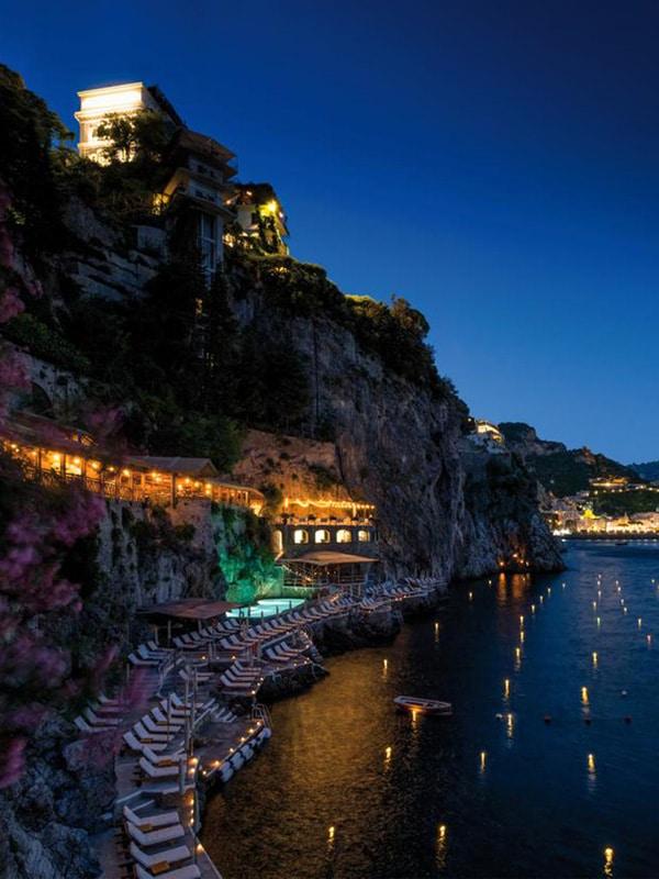 Scorcio dal mare della spiaggia e dell'Hotel Santa Caterina ad Amalfi