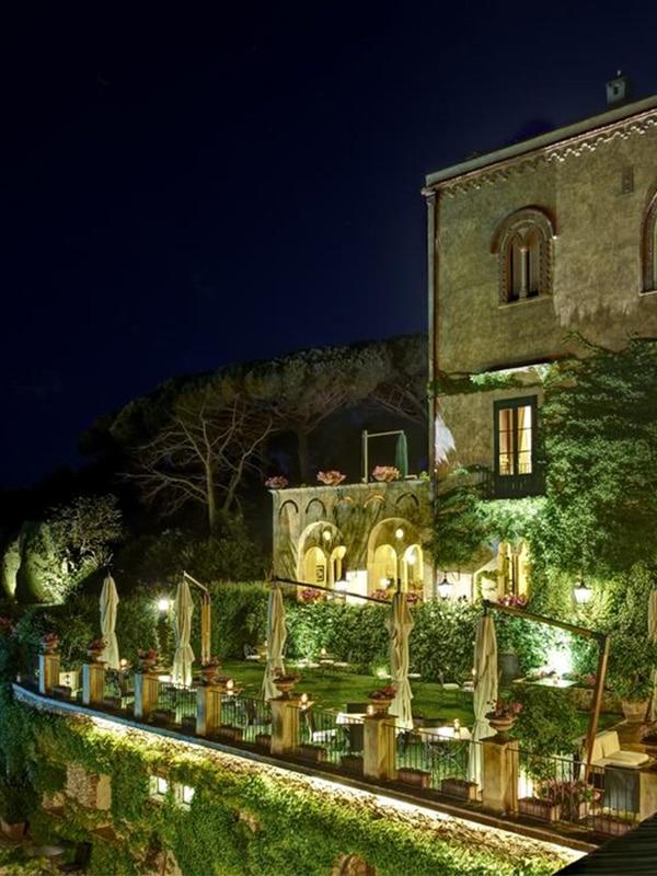 Giardino interno e facciata dell'Hotel Villa Cimbrone a Ravello