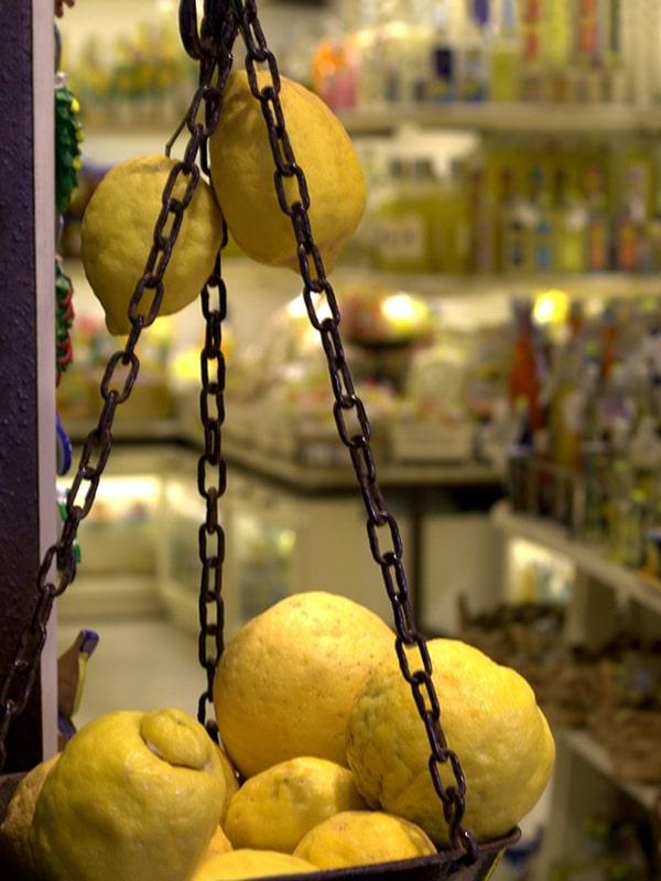 Dettaglio di una bottega tipica di souvenir al centro di Amalfi