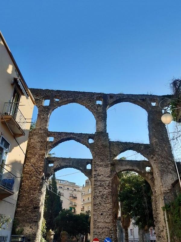 """Dettaglio degli archi in pietra dell'acquedotto medievale di Salerno, detto anche """"Ponte dei Diavoli"""""""