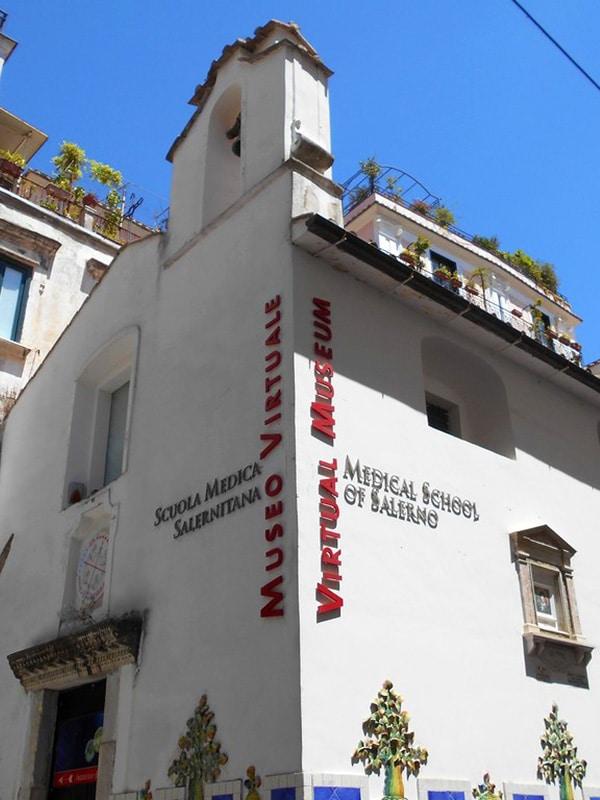 Facciata dell'ingresso del Museo della Scuola medica salernitana in Via Mercanti