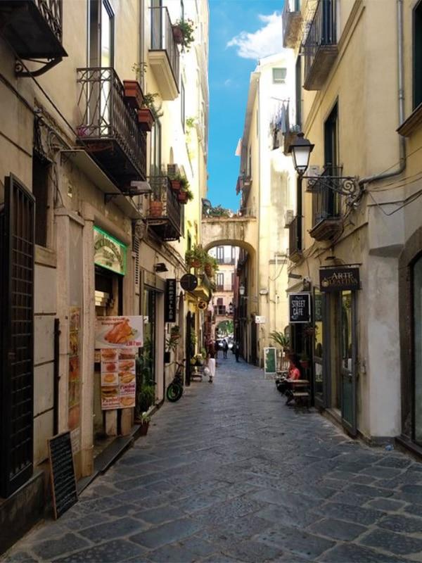 Scorcio di un vicolo del Centro storico di Salerno (Via dei Mercanti)