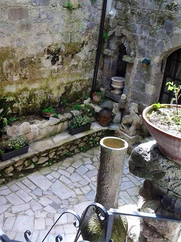"""Cortile interno dal fascino storico dell'appartamento """"Casa delle Bifore"""" a Caserta Vecchia"""