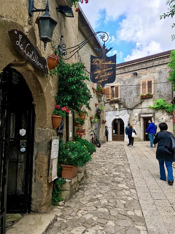 Caratteristiche insegne medievali di ristoranti ed osterie in giro per Caserta Vecchia