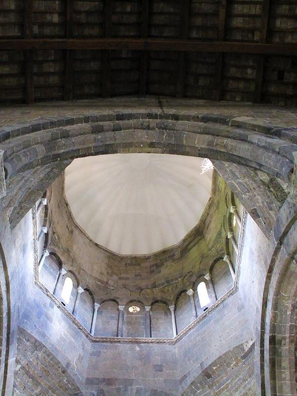 Soffitto a volta, in stile romanico, del Duomo di Caserta Vecchia