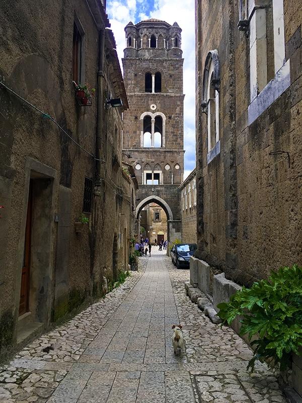 Prospettiva del campanile del Duomo di Caserta Vecchia da uno dei vicoli di collegamento alla piazza