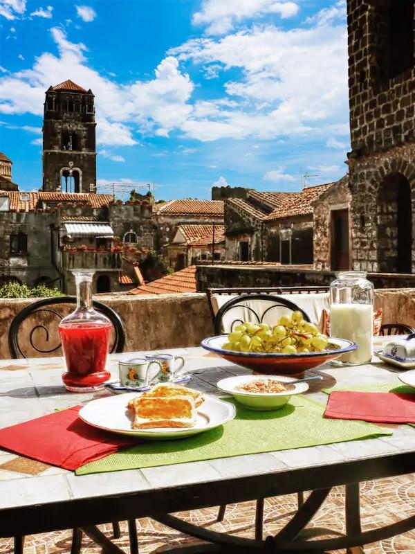 """Colazione in terrazza con vista campanile al b&b """"La pietra d'argento"""", nel centro di Caserta vecchia"""