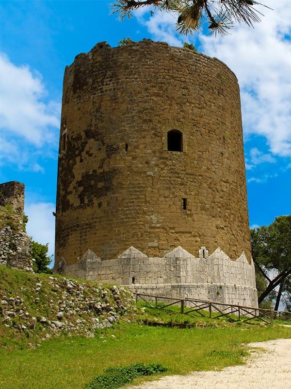Torre dei falchi a Caserta Vecchia, una delle più alte d'Europa