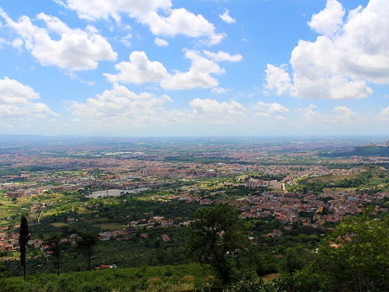 Veduta panoramica della Piana di Caserta e del Golfo di Napoli dal belvedere di Caserta Vecchia