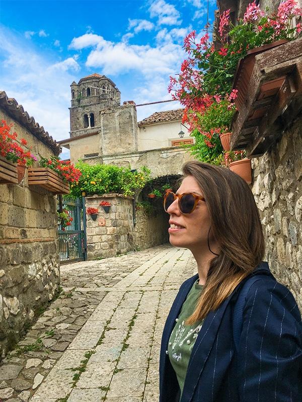 Dettaglio di uno splendido vicolo fiorito a ridosso delle abitazioni di Caserta Vecchia