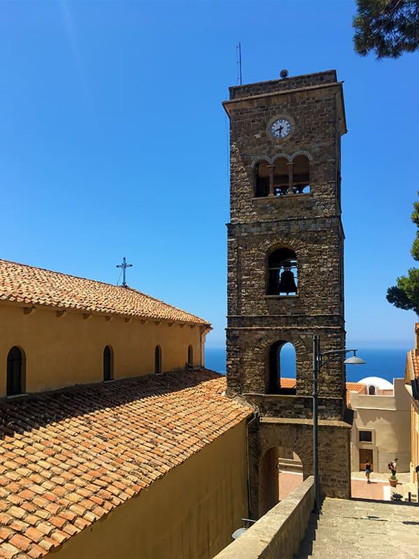 Scorcio del campanile della Chiesa di San Maria de Gulia, lungo la scalinata che conduce a Castellabate