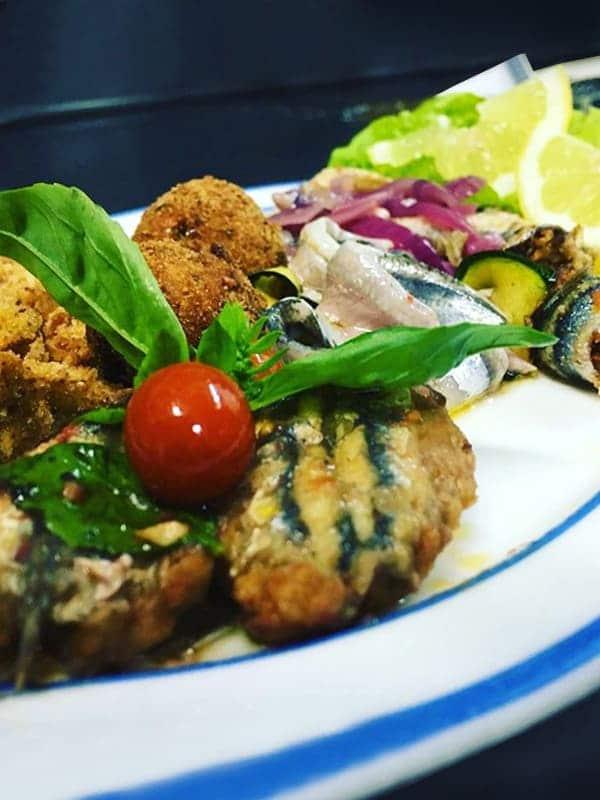 Fritto misto di mare con alici e verdure ordinati in un ristorante di Castellabate