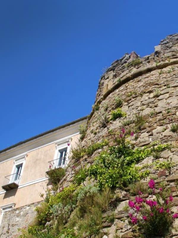 Prospettiva dal basso del Castello dell'Abate nel borgo cilentano di Castellabate