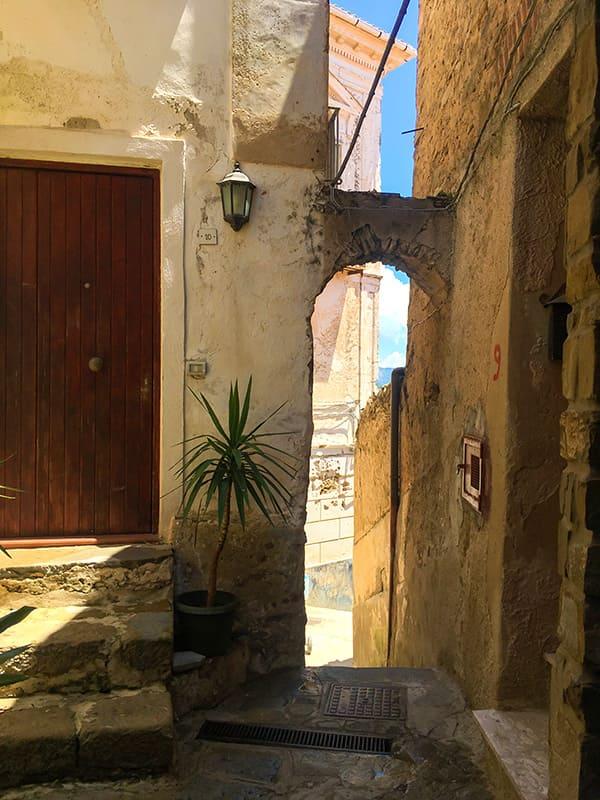 Scorcio con arco in pietra che incornicia il cielo sopra il borgo di Castellabate