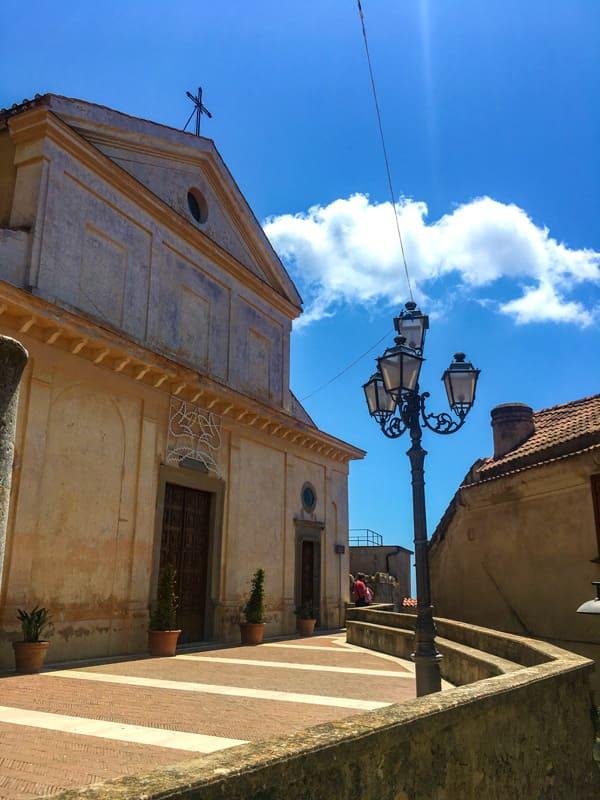 Piazzetta con la Basilica Santa Maria de Gulia nel borgo di Castellabate