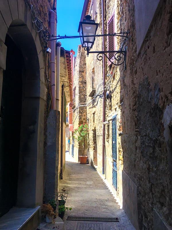 Scorcio medievale con lampione del borgo di Castellabate, in provincia di Salerno