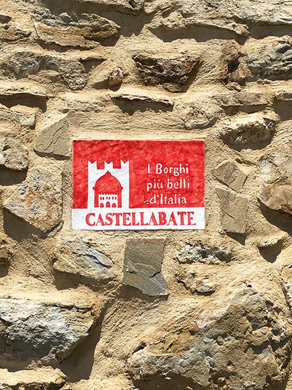 """Targa celebrativa de """"I Borghi più belli d'Italia"""" di cui è insignita Castellabate"""