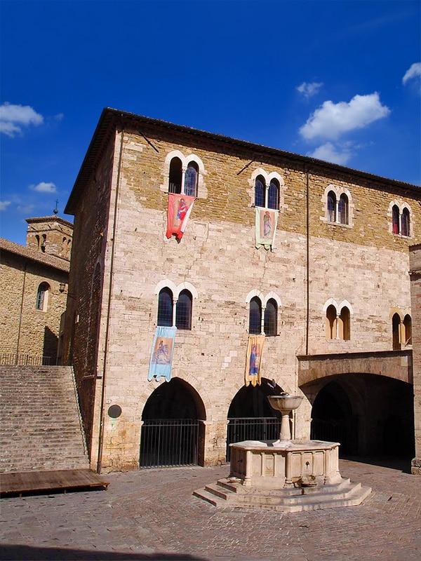 Veduta su piazza Filippo Silvestri, nel centro storico di Bevagna