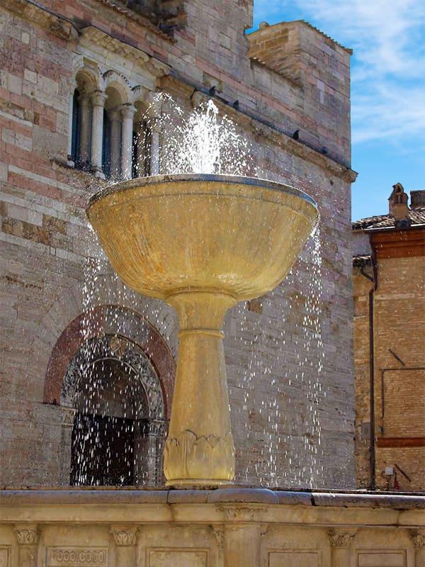 Fontana monumentale della piazza principale del borgo umbro di Bevagna (Perugia)