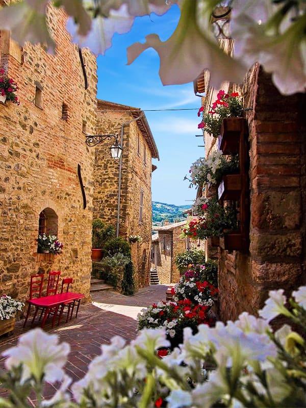 Scorcio fiorito di un angolo caratteristico del borgo umbro di Bevagna, in provincia di Perugia