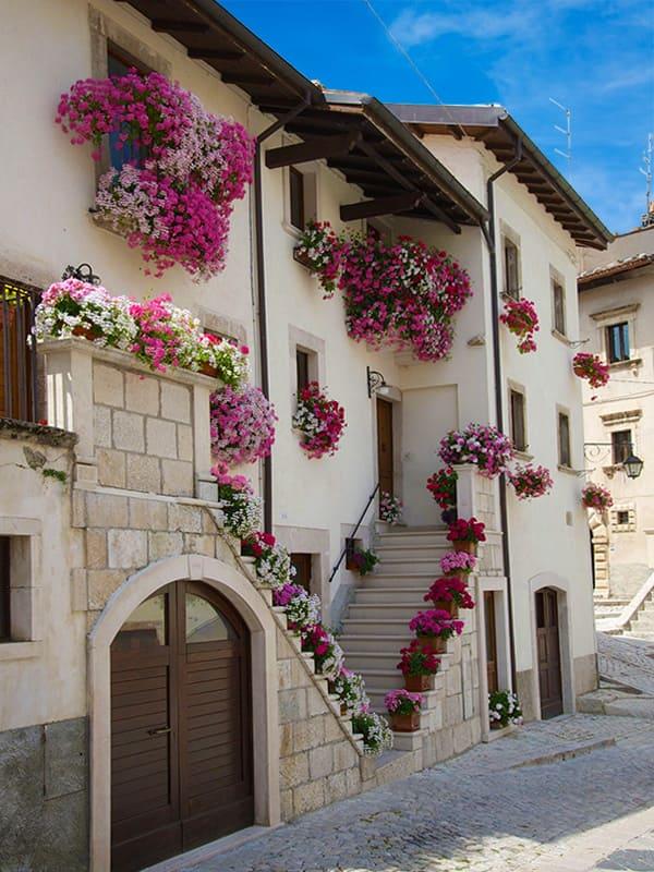 Facciate fiorite degli edifici del centro storico di Pescocostanzo, in Abruzzo.
