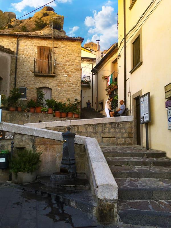 Ingresso al quartiere medievale l'Arabata nel centro storico di Pietrapertosa