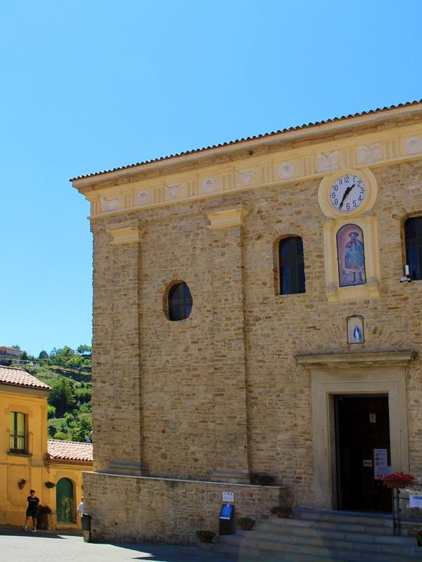 Ingresso principale della Chiesa di Santa Maria dell'Olmo a Castelmezzano (Potenza)