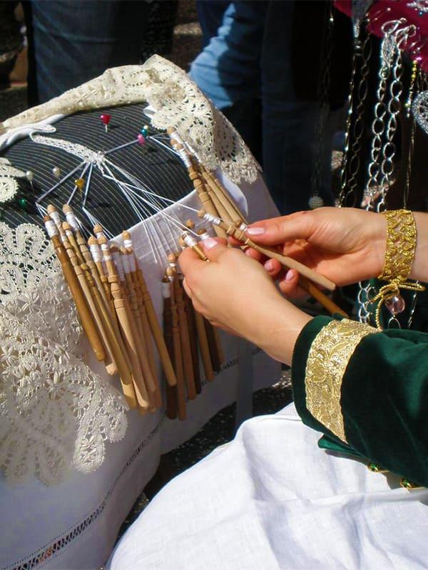Cosa vedere a Pescocostanzo: la lavorazione del merletto a tombolo, espressione della tradizione artigianale d'Abruzzo.