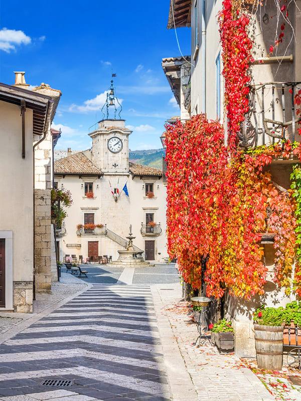Strada che conduce alla piazza centrale del borgo di Pescocostanzo, con la Torre dell'Orologio