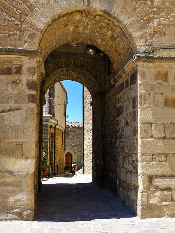 Scorcio caratteristico vicino al campanile della Chiesa Madre di Pietrapertosa