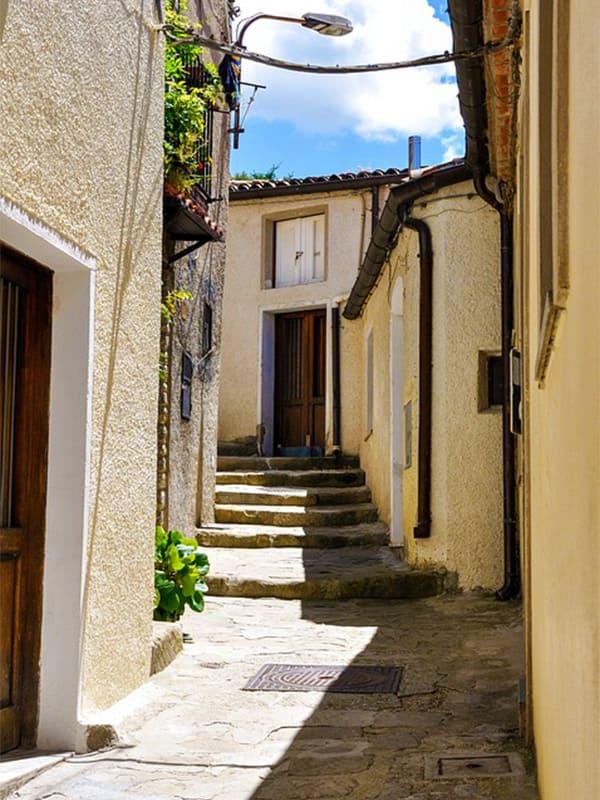 Prospettiva caratteristica di un vicolo del borgo lucano: Pietrapertosa.