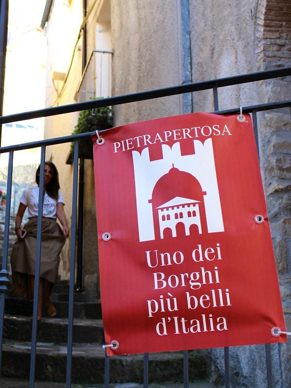 La targa rossa che premia i Borghi più belli d'Italia.