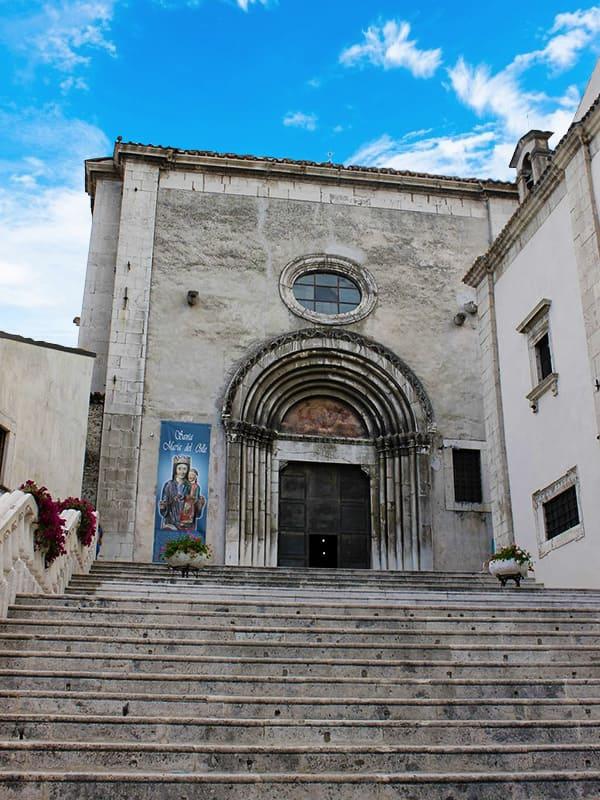 Scalinata che conduce all'entrata laterale della Basilica di Santa Maria del Colle, nel borgo di Pescocostanzo.