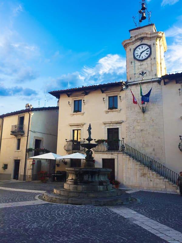 Cosa vedere a Pescocostanzo: la Torre dell'Orologio in Piazza del Municipio