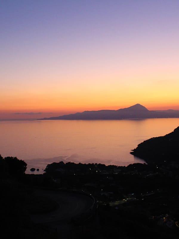 Spettacolare vista panoramica della Costa di Maratea al tramonto.