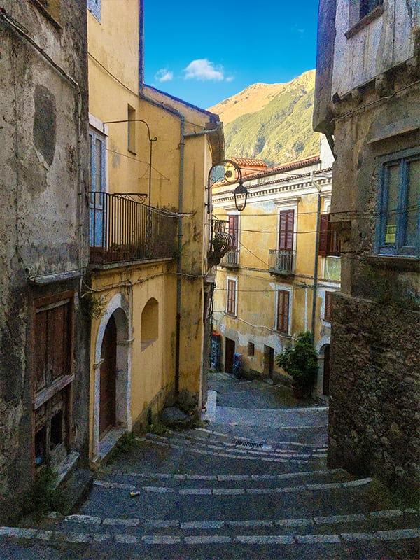 Scorcio di un vicolo del borgo storico di Maratea (Basilicata)